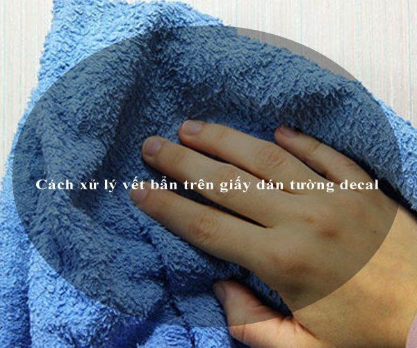 Cách xử lý vết bẩn trên giấy dán tường decal 2