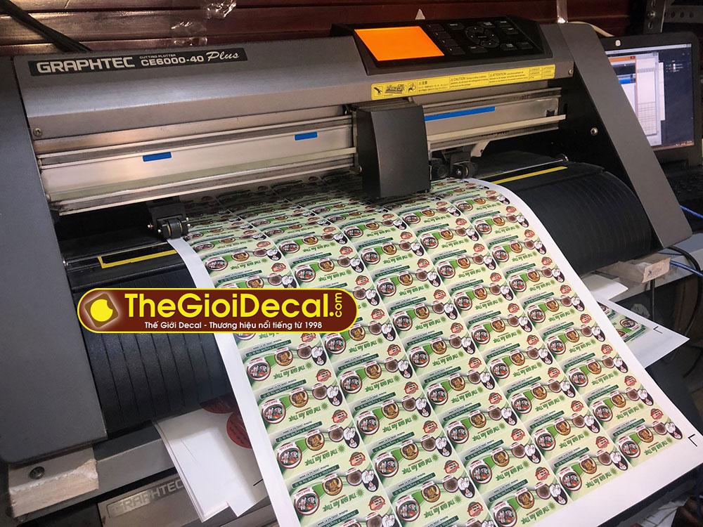 In bế decal tem nhãn bằng máy in, máy cắt Nhật Bản